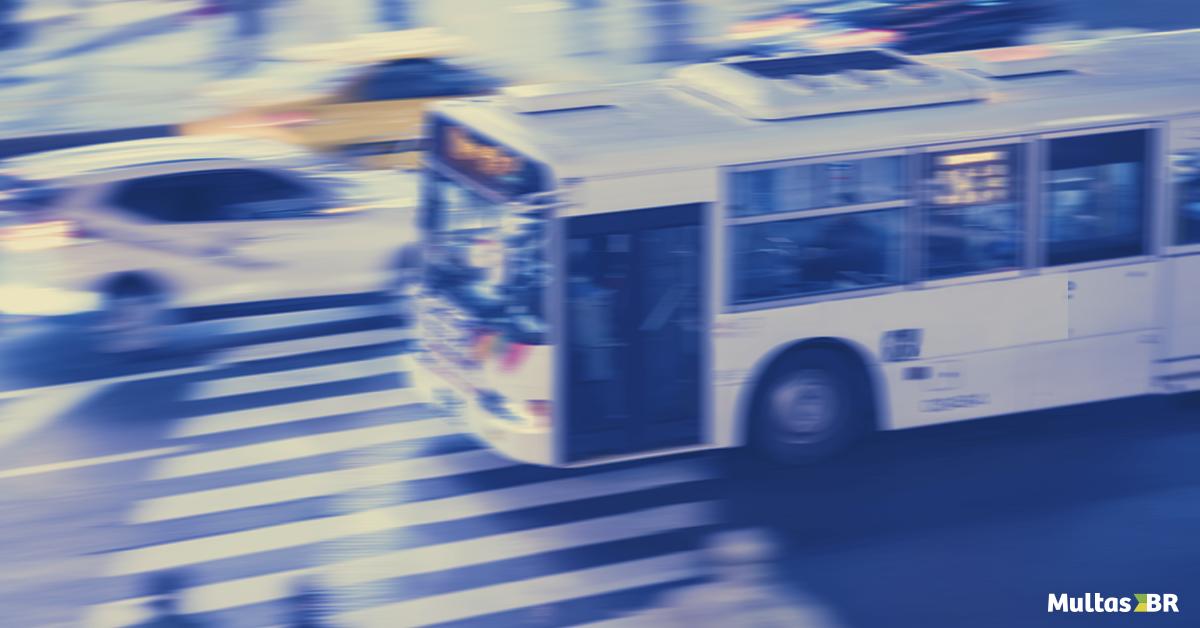 Transitar na faixa exclusiva para ônibus pode  gerar multa?
