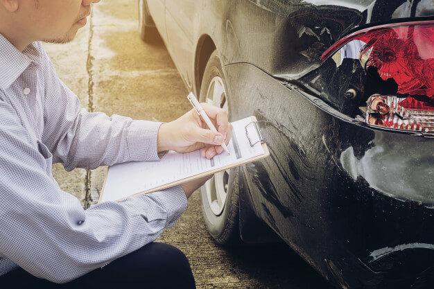 agente-de-seguros-trabalhando-no-processo-de-reclamacao-de-acidente-de-carro_1150-6413.jpg